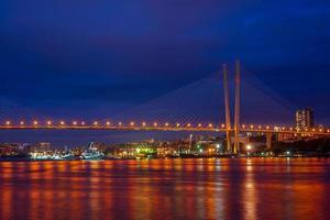 vladivostok, rusia. paisaje urbano con vistas al puente dorado foto