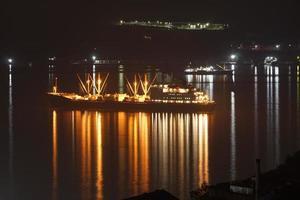 nave con iluminación contra el mar. foto