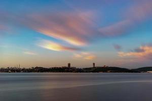 paisaje marino con vistas a la ciudad en el horizonte. foto