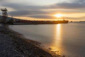 puesta de sol con vistas al muelle junto al mar. foto
