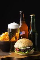 cerveza y hambugers foto