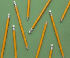 lápices sobre fondo verde foto