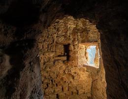 Bóveda del sótano de piedra arenisca roja con ventana brillante foto