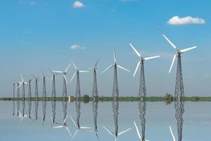 paisaje natural con molinos de viento reflejados en el agua foto