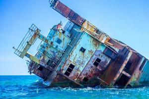 parte del naufragio que sobresale del agua foto
