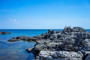 la costa escarpada y escarpada del cabo tarkhankut foto