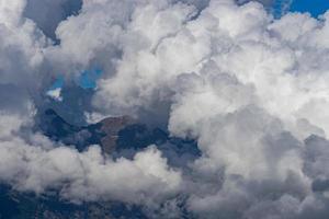 nubes blancas y esponjosas en las cimas de las montañas foto