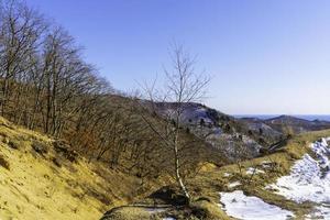 paisaje de montaña con vista al mar en el horizonte foto
