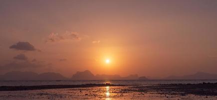 naturaleza tropical playa limpia puesta de sol cielo tiempo con fondo de luz solar. foto