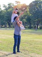 lindo padre e hijo felices en el parque foto