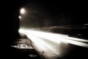 un túnel oscuro con senderos de luz foto
