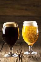 cervezas claras y oscuras foto