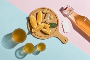 preparación de kombucha de limón y jengibre foto