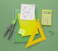 vista superior composición de útiles escolares foto