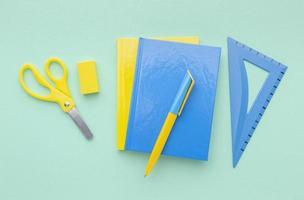 arreglo de útiles escolares con espacio de copia foto