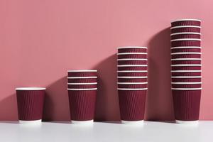 arreglo de tazas de café desechables foto