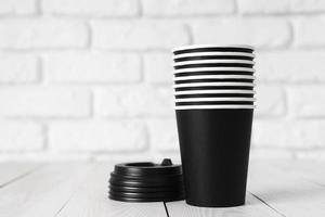 vasos negros desechables foto