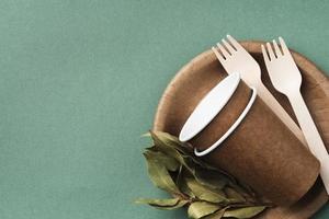 arreglo de utensilios de papel desechables foto