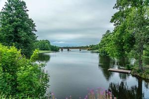 Puente del ferrocarril que cruza un río en Suecia foto