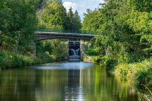 Vista de verano del canal Stromsholms en Suecia foto