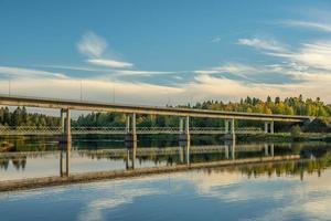 Puente de hormigón que cruza el río Dal en Suecia foto