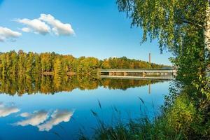 puente que cruza el río dal en otoño foto