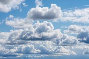 hermoso cielo de verano azul con nubes esponjosas foto