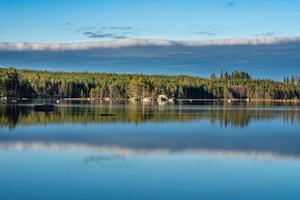 Vista de verano de la orilla de un pequeño lago en Suecia foto