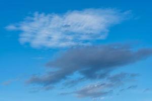 nube blanca y gris en un cielo azul de verano foto