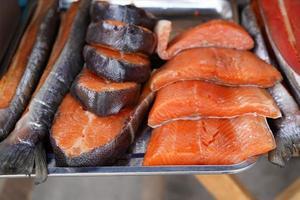pescado rojo ahumado en una bandeja de metal. foto
