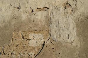 Fondo con pared de ladrillo y yeso pelado. foto