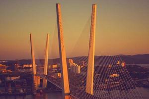 Vista nocturna del puente del Cuerno de Oro de Vladivostok, Rusia. foto