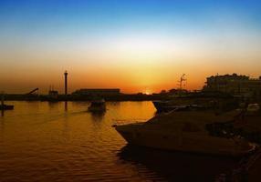 transporte marítimo en el puerto de la ciudad turística de la región de krasnodar. foto