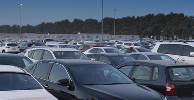 paisaje urbano con aparcamiento y muchos coches. foto