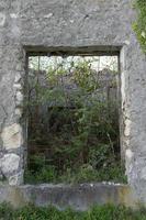Fondo con una ventana que se abre en la pared gris. foto