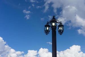 la linterna en el estilo antiguo en el fondo del cielo azul foto