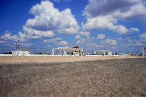 hermosa playa soleada con miradores blancos. foto