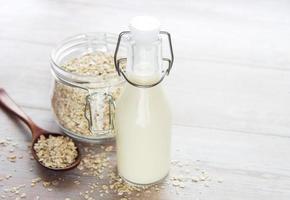 Leche alternativa vegana no láctea. copos de avena leche foto