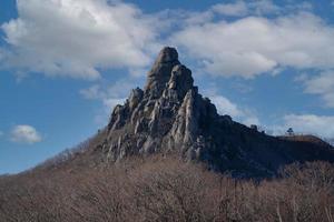hermoso paisaje de montaña en temporada de invierno. foto