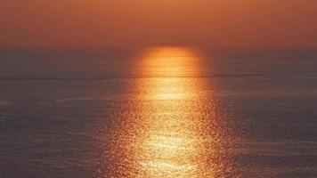 puesta de sol del océano reflejada en la superficie del agua video