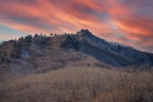 paisaje de montaña con hermoso cielo al atardecer foto