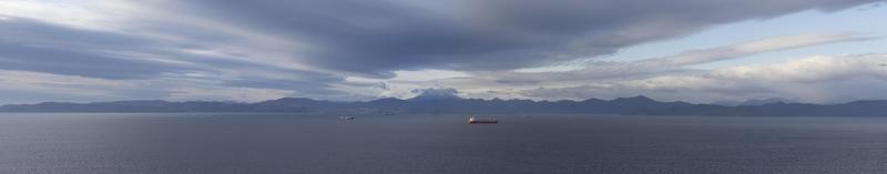 panorama de la bahía de avacha con una vista del volcán viluchinsky. foto