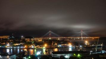 paisaje nocturno del paisaje de la ciudad de vladivostok. foto