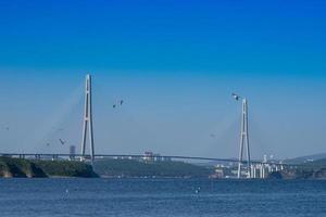 paisaje marino con vistas al puente ruso en el horizonte. foto