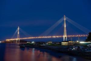 vladivostok, rusia. paisaje nocturno con vistas al puente ruso. foto
