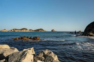 paisaje marino con vistas a hermosas rocas. foto