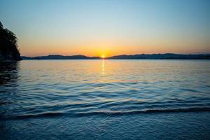 paisaje marino con vistas a una hermosa puesta de sol. foto