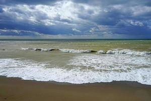paisaje marino con hermosas olas color esmeralda. foto