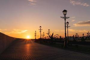 puesta de sol sobre el terraplén de Adler. sochi, rusia foto