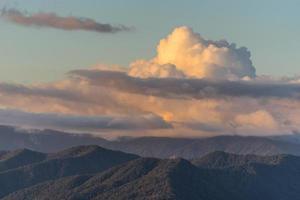 la puesta de sol sobre las montañas en el sochi foto